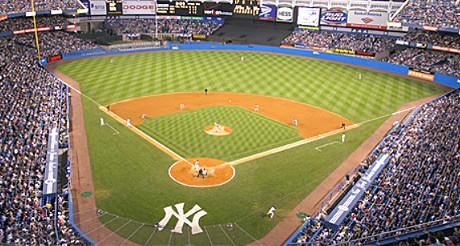 La pelouse des New York Yankees est frappée du célèbre logo NY du club. (Photo D.F.)