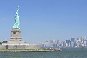 La statue de la Liberté quitte le port de New York