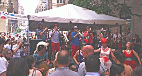 Un petit orchestre aux couleurs francophones a animé le Bastille Day sur la 60th Street. (Photo Nathalie Fitzpatrick) (Photo Nathalie Fitzpatrick)