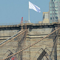 Un drapeau blanc flottant sur le pont de Brooklyn le 22 juillet 2014. (Photo D.R.)