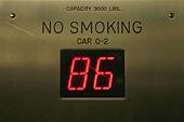 Le petit compteur dans l'ascenseur indique l'arrivée au 86ème étage.