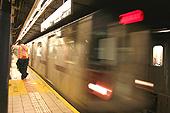 Une rame de métro entre en station