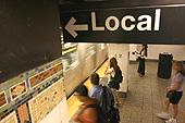 """Panneau """"Local"""" indiquant la plateforme des """"Local trains""""."""
