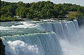 Les chutes du Niagara impressionnent par leur puissance.