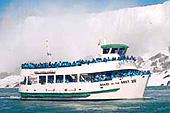 """Approchez les chutes du Niagara au plus près avec le """"Maid of the Mist""""."""