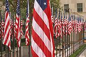 Drapeaux américains bien alignés sur la Rockefeller Plaza.