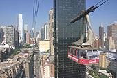 Le téléphérique s'élève à 76 mètres au-dessus de la ville et de l'East river.