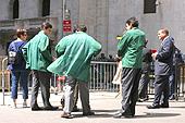 Des courtiers font la pause devant la bourse de New York.
