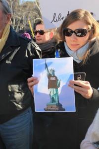 La statue de la Liberté aux couleurs de Charlie Hebdo.