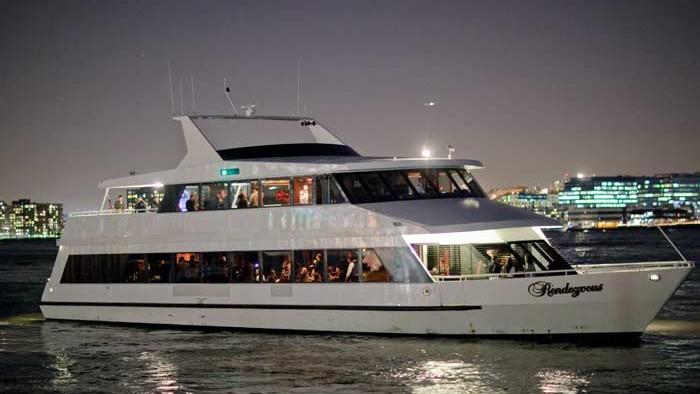 D'une durée de 3 heures, le dîner-croisière descend l'Hudson River pour remonter vers Midtown par l'East River, puis retour.