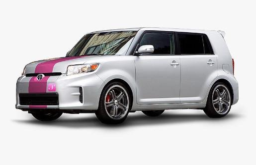 Les véhicules de SheRides sont blancs et rouges avec un logo rose sur le pare-choc.