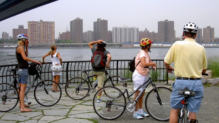En vélo sous le Manhattan Bridge. (Photo Izzyplante)
