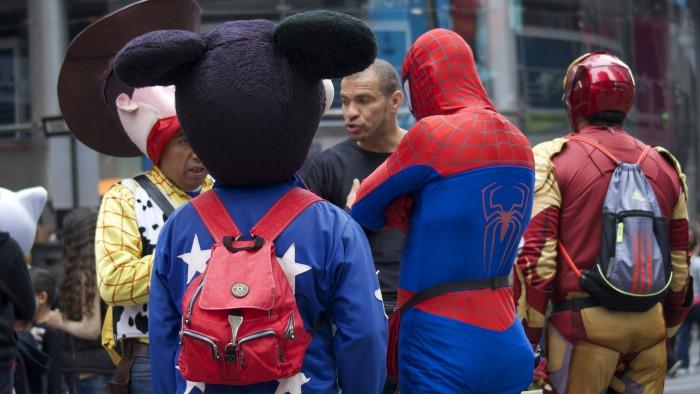Réunion de super-héros sur Times Square. (Photo Phil Dolby)