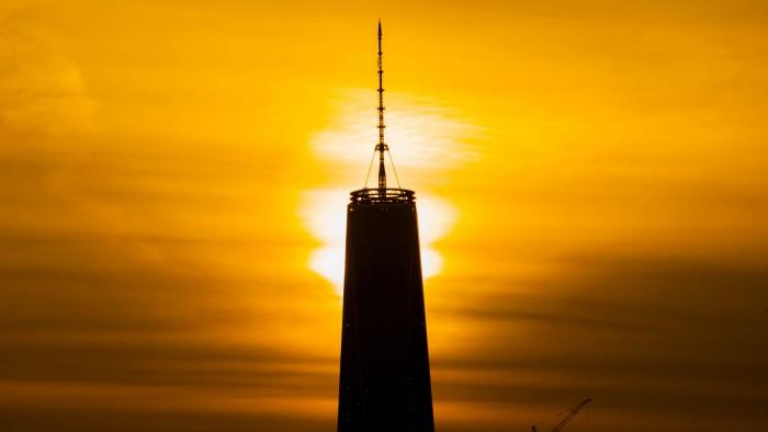 Lever de soleil derrière la One World Trade Center. (Photo Anthony Quintano)