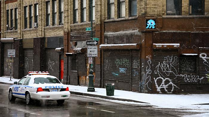Un martien tente d'échapper à la police new-yorkaise... (Photo Invader)