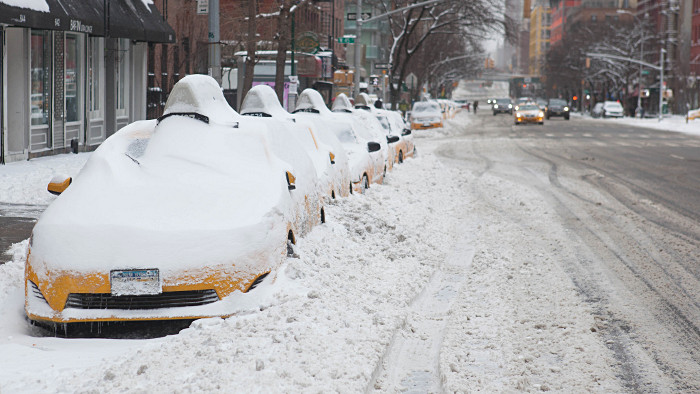 Une file de taxis blancs... (Photo Anthony Quintano)