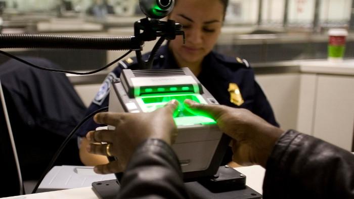 Prise des empreintes et caméra. (Photo U.S. Customs and Border Protection)