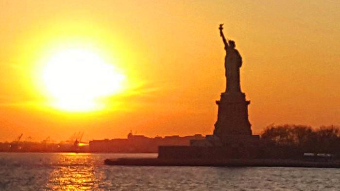 Coucher de soleil sur la statue de la Liberté. (Photo Carolain)