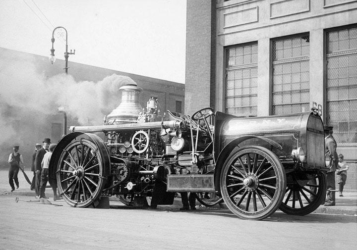 Un camion de pompiers au début du siècle dernier...