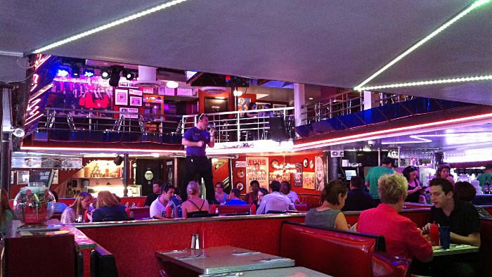 Un serveur en plein show au Ellen's Stardust Diner. (Photo L. DeFrancisci)