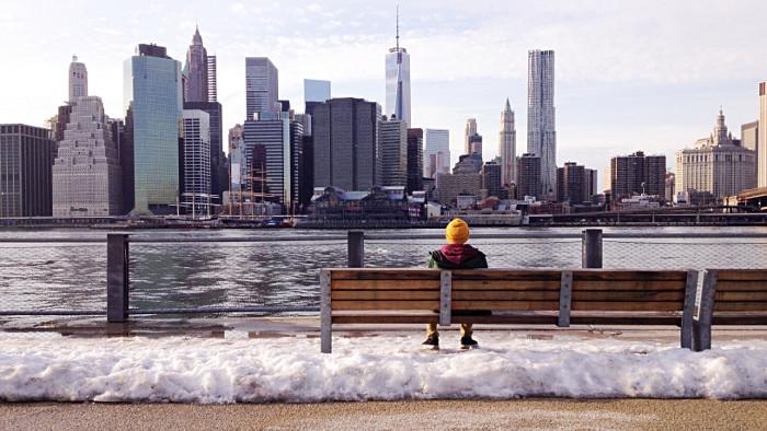 New York attend une fine pellicule de neige samedi 9 avril 2016.