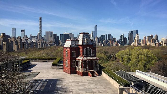 Le Decor De Psychose Sur Le Toit Du Met De New York C New York
