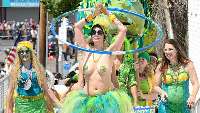 La Mermaid Parade : un défilé coloré et déjanté ! (Photo Steven Pisano)