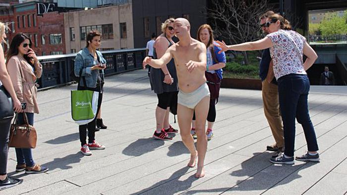 Le Somnambule au milieu de touristes. (Photo High Line)