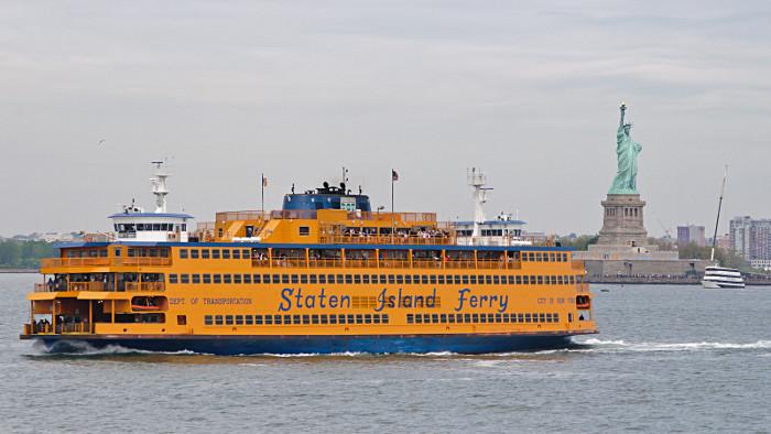 Un ferry croisant au large de la statue de la Liberté.