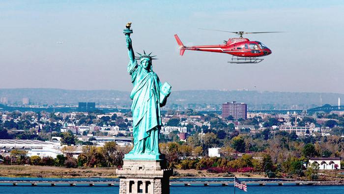 L'hélicoptère offre un point de vue unique sur la statue de la Liberté !