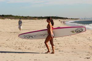 Une surfeuse à Sandy Hook