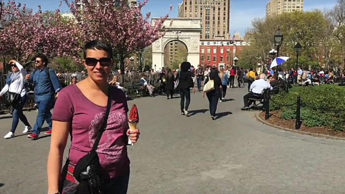 Amélie dans le Washington Square Park. (Photo Bertrand)