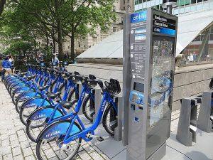Une borne Citi Bike et des vélos à New York