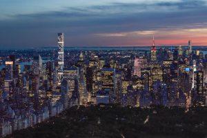 Une guirlande lumineuse dans le ciel de New York