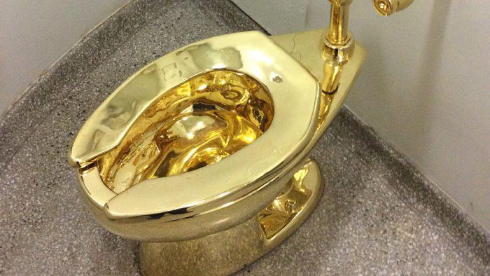 """Résultat de recherche d'images pour """"toilettes en or au Guggenheim"""""""