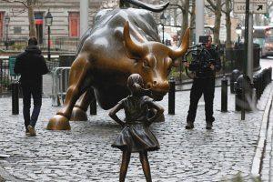 Une nouvelle statue défie le taureau de Wall Street