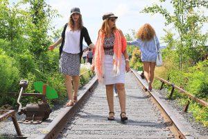 Marchez sur des rails de chemin de fer à New York