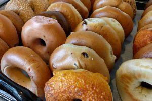 Goûtez au bagel, le petit pain typique de New York