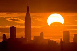 Éclipse presque totale du soleil à New York