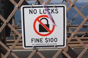 La fin des cadenas d'amour sur le pont de Brooklyn à New York