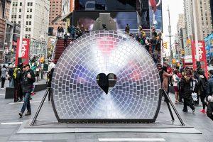 Times Square fête la Saint-Valentin avec un cœur géant