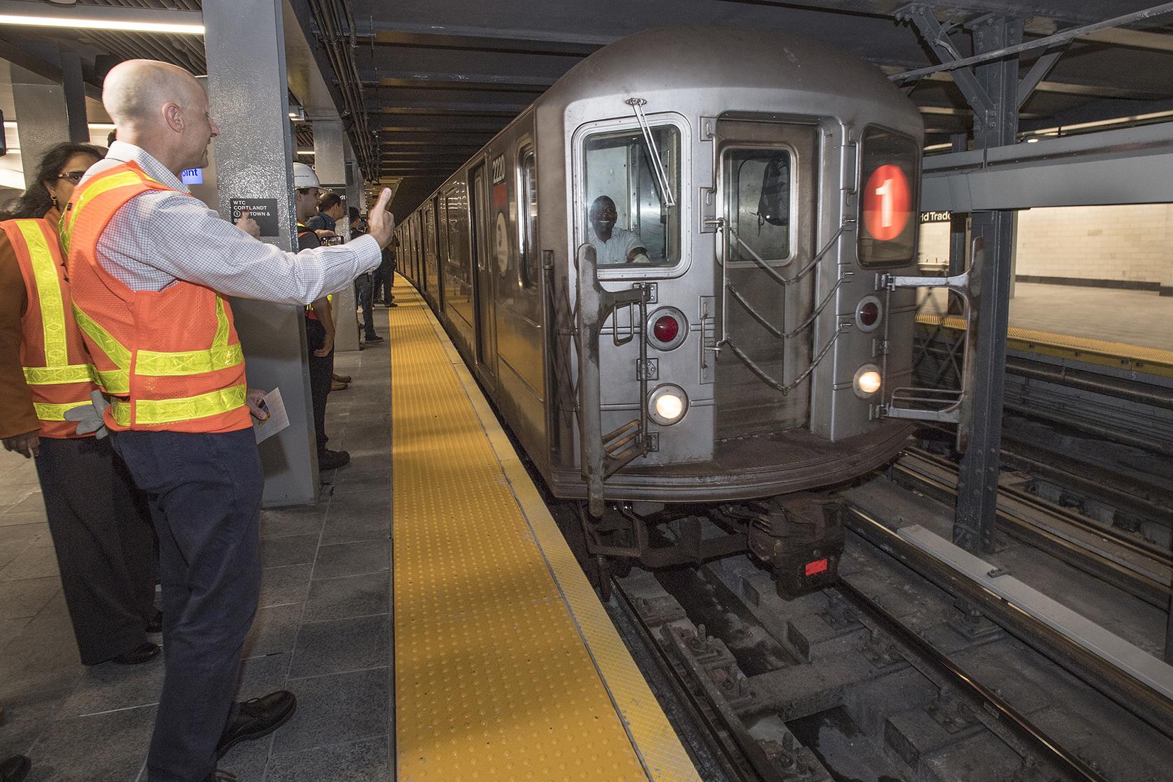 Le Premier Métro Entre En Station.