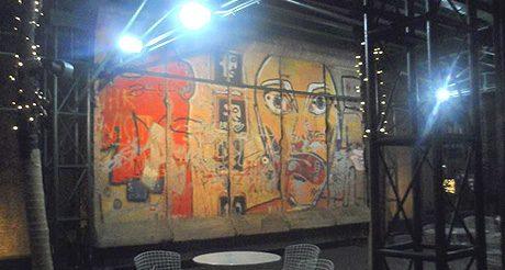 Au pied du mur de Berlin… à New York