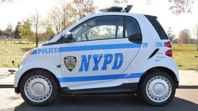Une smart aux couleurs du NYPD dans Central Park