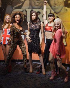 Les Spice Girls au complet... Enfin presque : il y en a une en double ! Qui est la vraie ?