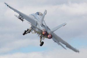 Un F/A-18 Hornet au décollage. (Photo Paul Friel)