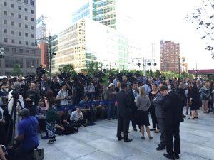 La foule au pied de la tour One World Trade Center. (Photo One World Observatory)