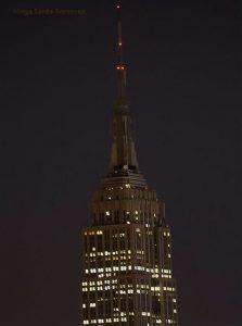 Le sommet de l'Empire State building plongé dans le noir.