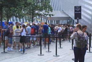 La foule à l'entrée du musée du 11 septembre... et un accès coupe-file désert !