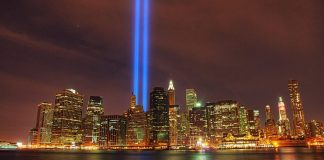 "Le ""Tribute in light"" vu depuis Brooklyn."
